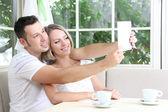 Foto de pareja joven toma con tableta en casa — Foto de Stock