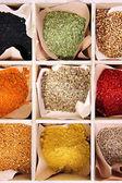 Variedade de especiarias em caixa de madeira, close-up — Foto Stock
