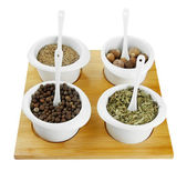 ассортимент специй в белые чаши, на деревянной доске, изолированные на белом — Стоковое фото