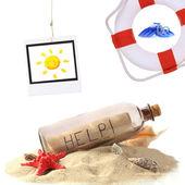 Cam şişe içinde not, lifebuoy ve fotoğraf üzerinde beyaz izole güneş — Stok fotoğraf
