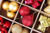 Drewniane pudełko wypełnione boże narodzenie dekoracje tło — Zdjęcie stockowe