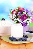 Productos lácteos frescos con arándanos en primer plano de la mesa de madera — Foto de Stock