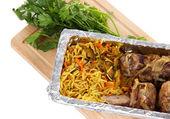 Gıda folyo-beyaz izole ahşap tahta üzerinde kutusunda — Stok fotoğraf