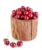 сладкая вишня в деревянную корзину, изолированные на белом — Стоковое фото
