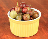 Fresh gooseberries in bowl on table close-up — Stock Photo