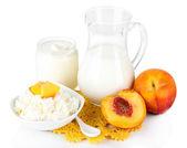 Productos lácteos frescos con melocotones aislados en blanco — Foto de Stock