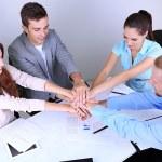 Бизнес-команда работает над их проектом вместе в офисе — Стоковое фото #29760051