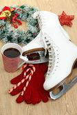 Abbildung Schlittschuhe mit Tasse Kaffee am Tisch Nahaufnahme — Stockfoto