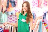 美丽的年轻女子在店里的购物袋 — 图库照片
