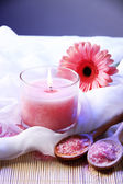 Красивые свечи с цветком на белой ткани, крупным планом — Стоковое фото
