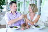 Beautiful couple having romantic dinner at restaurant — Stock fotografie