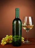 Skład butelek wina, kieliszek białego wina, winogron na kolor tła — Zdjęcie stockowe
