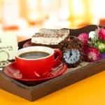 taza de té con tortas en bandeja de madera en la mesa en la sala de — Foto de Stock