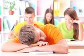 Groep van jonge studenten zitten in de bibliotheek — Stockfoto