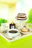 Tazza di tè con dolci su vassoio di legno sul tavolo in sala — Foto Stock