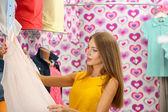 Beautiful young woman in shop — Stockfoto