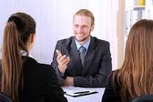 кандидаты на работу, имея интервью — Стоковое фото