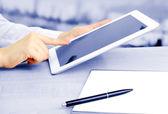 Travailleur d'employées de bureau avec tablette numérique dans le café en nuances de gris — Photo