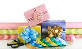 材料和配件的包装与孤立在白色的节日礼物礼品 — 图库照片
