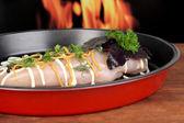 Filetes de frango cru no pan, a pingar no fundo de fogo — Foto Stock