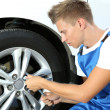 Auto mechanic changing wheel — 图库照片