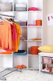 Ženy skříň v zářivých barvách — Stock fotografie