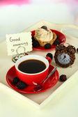 Xícara de chá com bolos na bandeja de madeira na mesa na sala — Foto Stock