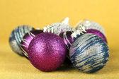 Boules de Noël sur fond jaune — Photo