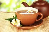 Kopp te med jasmine, på bambu matta, på ljus bakgrund — Stockfoto