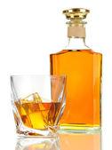 стакан виски с бутылкой, изолированные на белом — Стоковое фото
