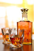Стакан виски с бутылкой, на темном фоне — Стоковое фото