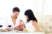 Muž, navrhování a zvedl zásnubní prsten jeho žena restaurace stůl — Stock fotografie