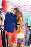 Mulher jovem e bonita na loja — Foto Stock