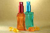 Vrouwen parfum in mooie flessen op oranje achtergrond — Stockfoto