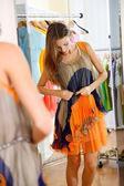 Elbise odası arka plan ayna yakınındaki güzel kız — Stok fotoğraf