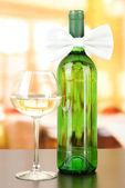 Pajarita blanca en la botella de vino sobre fondo brillante — Foto de Stock