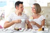 Nádherný pár s romantickou večeři v restauraci — Stock fotografie