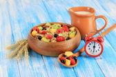 Farina d'avena con frutta in primo piano tavolo — Foto Stock