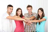 Oda güzel gençleri mutlu grup — Stok fotoğraf