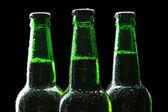 Garrafas de cerveja no fundo preto — Foto Stock