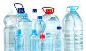 бутылки воды, изолированные на белом — Стоковое фото