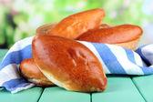 свежая запеченная пирожки в плетеную корзину, на светлом фоне — Стоковое фото