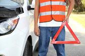 Podziale samochód z czerwonym trójkątem — Zdjęcie stockowe