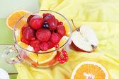 Salade de fruits utiles en coupe en verre sur close-up de table en bois — Photo