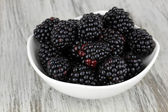 Sweet blackberries in bowl on table close-up — Stock Photo