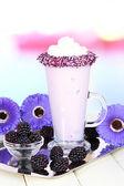 Tablo üzerinde açık renkli muzlu süt lezzetli — Stok fotoğraf