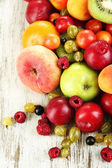 Sortiment av saftiga frukter, på trä bakgrund — Stock fotografie