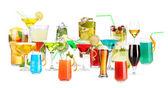 çok farklı kokteyller ve üzerinde beyaz izole içecekler — Stok fotoğraf