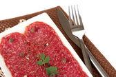 Plaka üzerine peçete üzerinde beyaz izole lezzetli salam — Stok fotoğraf