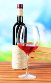杯酒自然背景上的木桌上 — 图库照片
